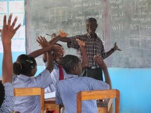 Den Schülern und Herrn Kayafya macht der Unterricht Spaß.