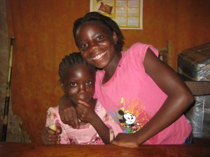 Charity und Mukumbi freuen sich auf die Schule.