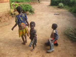 Spielende Kinder vor einem Haus in Kibo.